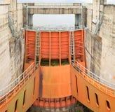 和平市,越南- 2016年1月14日:和平市水电厂溢洪道门  工厂被修造了从1979年到1994年与8 m 免版税库存图片