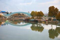 和平桥梁是一座弓型步行桥在第比利斯,乔治亚 库存图片