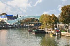 和平桥梁是一座弓型步行桥在第比利斯,乔治亚 免版税库存图片