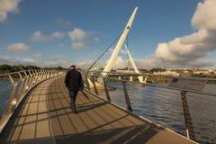 和平桥梁 Derry伦敦德里 北爱尔兰 王国团结了 库存照片