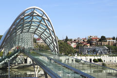 和平现代玻璃桥梁在第比利斯的老部分的 免版税库存图片
