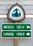 和平的冠足迹英里标志 库存图片