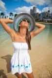 和平的岛民妇女佩带的草帽 免版税库存图片