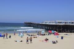 和平的海滩的度假者 免版税库存照片