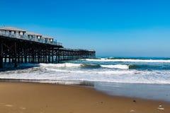 和平的海滩在圣地亚哥,有水晶码头的 免版税图库摄影