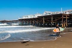 和平的海滩的冲浪者在圣地亚哥 图库摄影