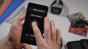 绑和快速存取到您的与指纹扫描的帐户上 在智能手机的应用,人申请 股票视频