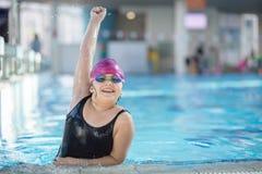 年轻和成功的游泳者姿势 库存照片