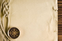 绳索和指南针在老纸 免版税库存照片