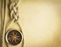 绳索和指南针在老纸 图库摄影