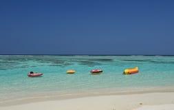 水和救护设备在膨胀的橡胶 可膨胀的圆环在水中,夏天定时器的概念 在马尔代夫海岛的热带海滩 图库摄影