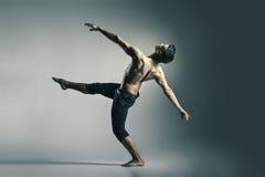 年轻和时髦的现代跳芭蕾舞者 免版税库存照片