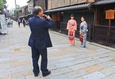 和服在Gion,京都 免版税库存图片
