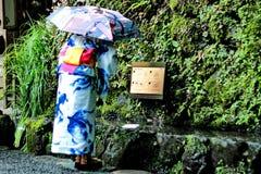 和服夫人在水的白纸预言 嘘Kibune-jinja 免版税库存照片