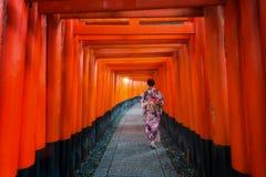 和服步行的夫人在日本寺庙的人行道 库存照片
