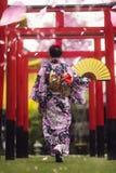 和服步行的日本夫人在寺庙 免版税库存图片