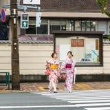 和服的两个日本步行者 免版税库存照片