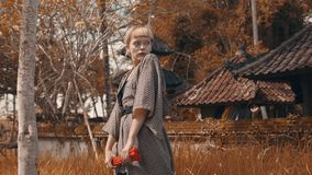 和服的女孩有红色手爱好者的 免版税图库摄影