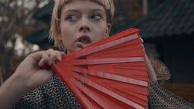 和服的女孩有红色手爱好者的 库存照片