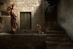 和服的美丽的妇女有伞和逗人喜爱的狗的 库存照片
