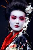 和服的艺妓在黑色 免版税库存照片