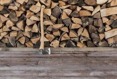 轴和木柴 免版税库存图片