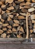 轴和木柴 免版税库存照片