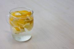 水和柠檬 免版税库存照片