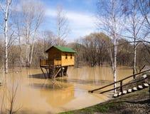 洪水和树上小屋 免版税库存照片