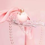 和桃红色丝绸围巾找出香水、玻璃珠串  库存图片