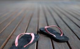 黑和桃红色凉鞋 免版税库存图片