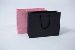 黑和桃红色购物袋 库存图片
