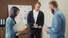 和沟通在创造性的办公室的小组年轻业务经理 股票视频