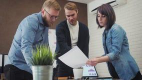 和沟通在创造性的办公室的小组年轻业务经理 股票录像