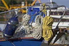 绳索和浮体在游艇 免版税库存照片