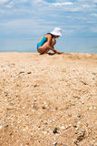 和演奏女孩的沙子和多壳海滩关闭 库存照片