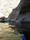 水和白色岩石的来源 免版税库存照片
