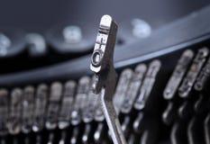 0和相等的锤子-老手工打字机-冷的蓝色过滤器 免版税图库摄影