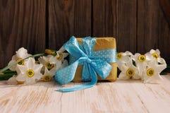 从水仙和礼物包装的春天花束为您的假日 免版税库存图片