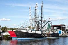 黑和红色渔船前面 免版税图库摄影