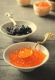 黑和红色鱼子酱果子馅饼,在白色碗的开胃菜点心 免版税库存图片
