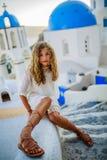 年轻和美丽的女孩画象在Oia 库存图片