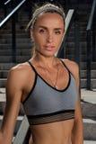 年轻和美好的女性健身训练完善的室外女性健身trPortrait  motaining的体育 年轻人和b画象  库存图片