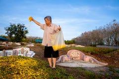 年轻和老在祖先前祈祷,祭扫坟茔对 免版税库存照片