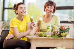 年轻和老妇人用户内健康食物 免版税库存照片