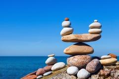 和谐和平衡的概念 反对海的平衡和世故石头 以标度的形式岩石禅宗 免版税库存图片