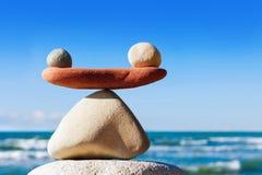 和谐和平衡的概念 反对海的平衡石头 免版税库存图片