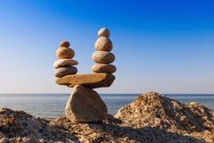 和谐和平衡的概念 反对海的平衡石头 图库摄影