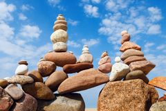 和谐和平衡的概念 在天空背景的岩石禅宗 免版税图库摄影