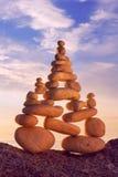 和谐和平衡的概念 在日落的岩石禅宗 反对海的平衡和世故石头 免版税库存图片